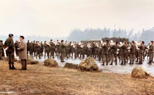 15. 1979 1980 A Esk 103 Verkbat 79 4 Schietserie BC Eleveld met trompetterkorps. Fotoalbum John Emmen 1 2