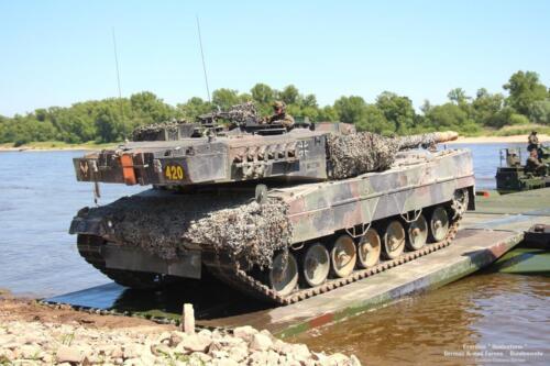 17. 2018 Leopard tanks steken water over met een pont 1