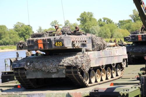 17. 2018 Leopard tanks steken water over met een pont 2