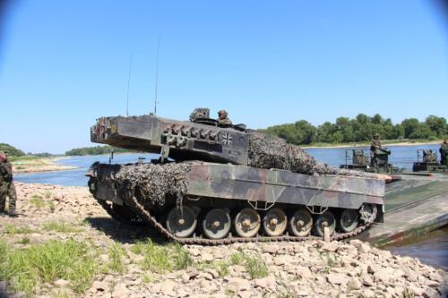 17. 2018 Leopard tanks steken water over met een pont 4