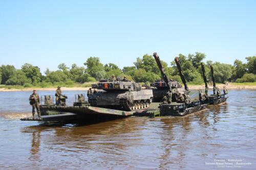 17. 2018 Leopard tanks steken water over met een pont 5