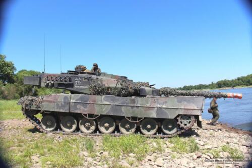17. 2018 Leopard tanks steken water over met een pont 7