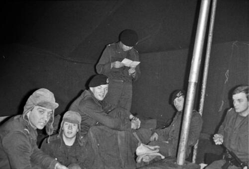 1966-1967 A-Esk 103 Verkbat; Entre Nous bivak, in de kader- of puptent. Uit het fotoarchief van Jan Stoffels  (7)