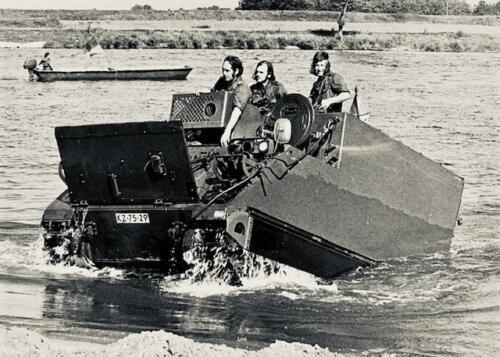 1974-1975 B-Esk li 74-4 103 Verkbat; Amfibische oef in Hedel Inz Frans Homminga  (3)