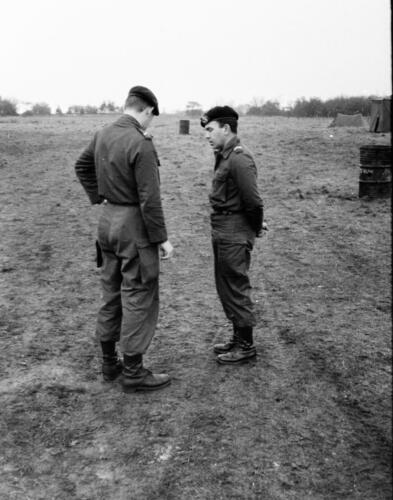 1966-1967 A-Esk 103 Verkbat; Opper Brunschot geeft een goede raad. Uit het fotoarchief van Jan Stoffels