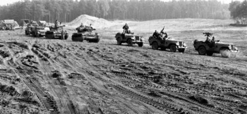 1966-1967 A-Esk 103 Verkbat; Mooie opname met half-tracks, AMX en Nekafs. Uit het fotoarchief van Jan Stoffels  (31)