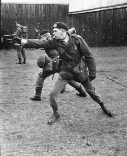 1966-1967 A-Esk 103 Verkbat; Op de schietbaan, Wmr I Jim Obdeijn trekt zijn wapen! Uit het fotoarchief van Jan Stoffels .
