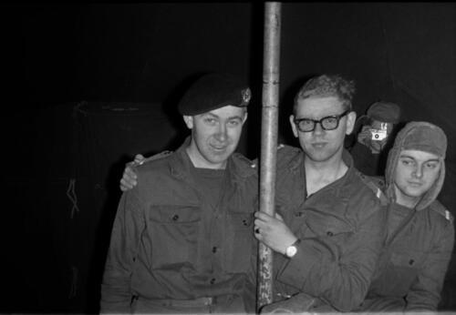 1966-1967 A-Esk 103 Verkbat; Entre Nous bivak, in de kader- of puptent. Uit het fotoarchief van Jan Stoffels  (8)