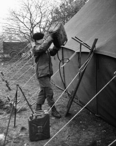 1966-1967 A-Esk 103 Verkbat; Entre Nous bivak, in de kader- of puptent. Uit het fotoarchief van Jan Stoffels  (6)