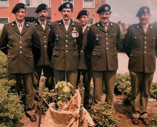 1983-06-18 103 Verkbat; Lkol G Eleveld schenkt kastanjeboom. Fotoboek van de Majoor PBC R Meeder