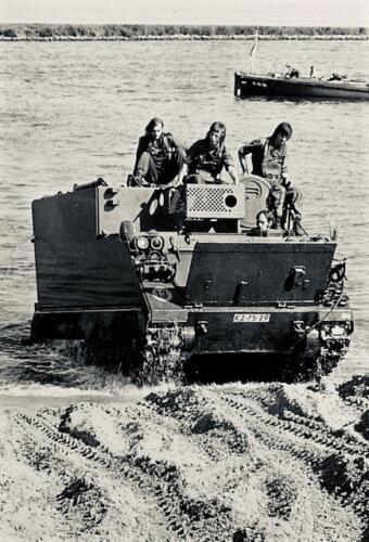 1974-1975 B-Esk li 74-4 103 Verkbat; Amfibische oef in Hedel Inz Frans Homminga  (4)