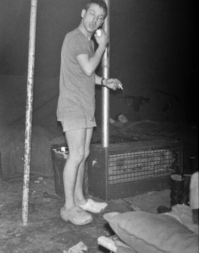 1966-1967 A-Esk 103 Verkbat; Entre Nous bivak, in de kader- of puptent. Uit het fotoarchief van Jan Stoffels  (9).