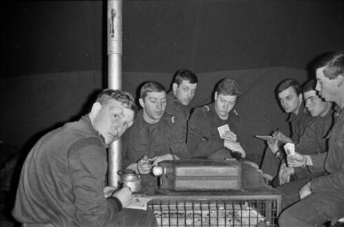 1966-1967 A-Esk 103 Verkbat; Entre Nous bivak, in de kader- of puptent. Uit het fotoarchief van Jan Stoffels  (3)