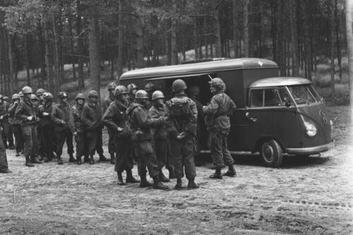1960 De VW T1 cadiwagen. Verkoop wegrijden en later de statiegeldflesjes oprapen.
