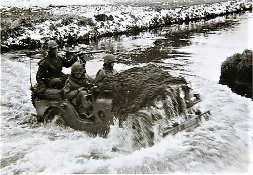 1964 Een verkenningsjeep Nekaf met .30 mitrailleur neemt een waterhindernis. Inz. Frans Fontein.