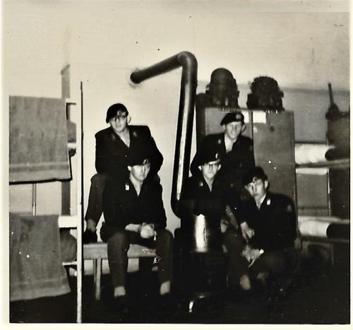 1966 10 B esk 103 Verkbat li 66 5 Opleiding Willem III Amersfoort. Bij de potkachel die om 22.00 uur uit moest C. Cannoo