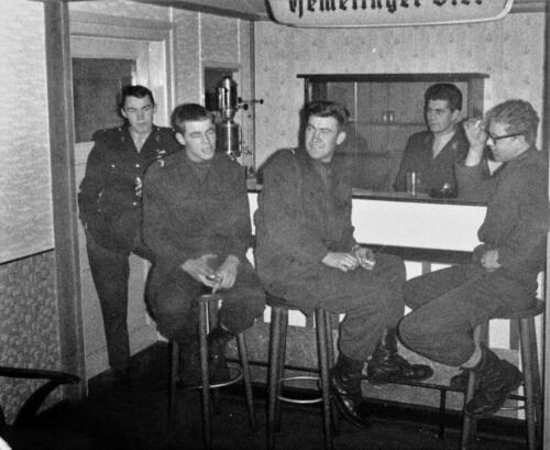 1966-1967 A-Esk 103 Verkbat; Aan de bar met tlnt R Meeder. Uit het fotoarchief van Jan Stoffels  (3)
