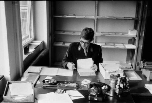 1966-1967 A-Esk 103 Verkbat; De admeur heeft het maar druk met vv, Papstaat en Soldij. Uit het fotoarchief van Jan Stoffels  (1)