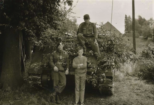 1966 - 1967 A-Esk Kwinten 103 Verkbat; Oefenpauze met plaatselijke boerenzoon. (1)