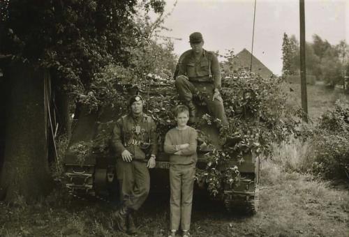 1966 1967 A Esk Kwinten 103 Verkbat Oefenpauze met plaatselijke boerenzoon. 1