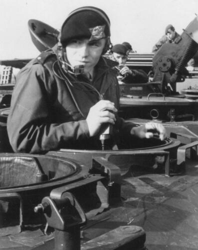 1966 A-Esk 103-Verkbat Verbindingsoefening; Tlnt Meeder test de verbindingen van zijn peloton.