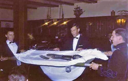 1967-09 A-Esk 103 Verkbat  aanbieden zilveren bestek op afscheidsavond. Fotoboek R. Meeder (1)