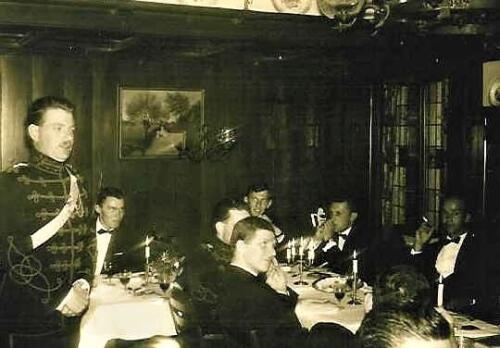 1967 09 A Esk 103 Verkbat aanbieden zilveren bestek op afscheidsavond. Fotoboek R Meeder