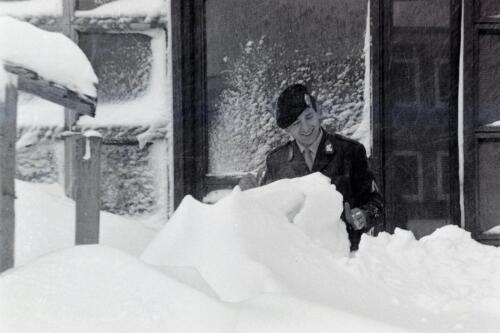 1967 12 31 1968 103 Verkbat Barre winter Ook in Seedorf lag de sneeuw soms meters hoog