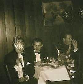 1967-12 A-Esk 103 Verkbat Afscheidsdiner BC Lkol Bos; De sigaar wordt op passende wijze aangestoken