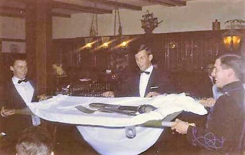 1967 A Esk 103 Verkbat Afscheidsdiner Aanbieden zilveren bestek tijdens afscheidsavond 1