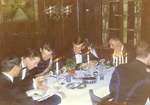 1967 A Esk 103 Verkbat Afscheidsdiner Aanbieden zilveren bestek tijdens afscheidsavond 2