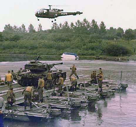 1967 A-Esk 2e Pel 103 Verkbat Oef Wesersprong; AMX pontonbrug. PC Tlnt R Meeder. Fotoboek Meeder