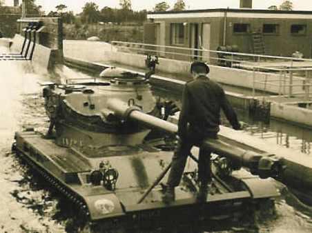 1967 A-Esk 2e Pel 103 Verkbat; Doorwading in waterbak. PC Tlnt R Meeder. Fotoboek Meeder