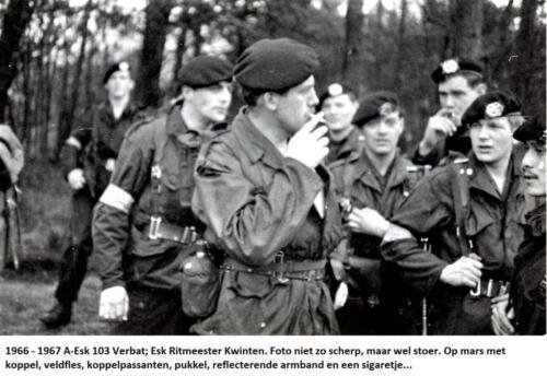 1967 A-Esk 103 Verbat; Esk Ritm Kwinten. Op mars met reflecterende armband en een sigaretje o.l.v. Wmr I Willem Molenaar.
