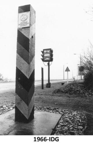 1967 B-Esk 103 Verkbat Bezoek IDG; Grenspaal bij het 'IJzeren Gordijn' naar de DDR