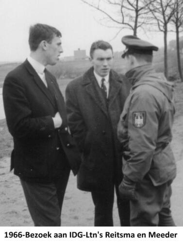 1967 B-Esk 103 Verkbat Bezoek IDG; Tlnts R Reitsma en R Meeder met grenswacht. Fotoboek Tlnt R. Meeder