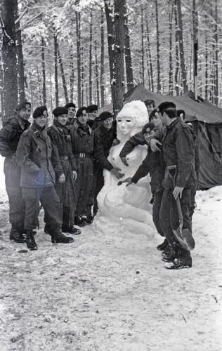 1968 1969 A Esk 103 Verkbat Bivak Entre Nous onder winterse omstandigheden. inz. Aad Gordijn 15