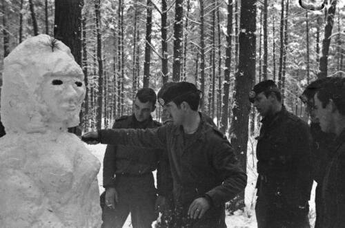 1968 1969 A Esk 103 Verkbat Bivak Entre Nous onder winterse omstandigheden. inz. Aad Gordijn 2
