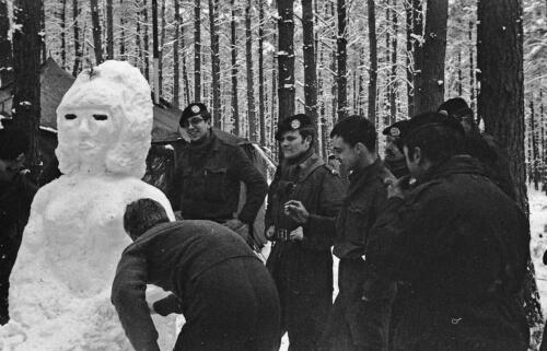 1968 1969 A Esk 103 Verkbat Bivak Entre Nous onder winterse omstandigheden. inz. Aad Gordijn 24