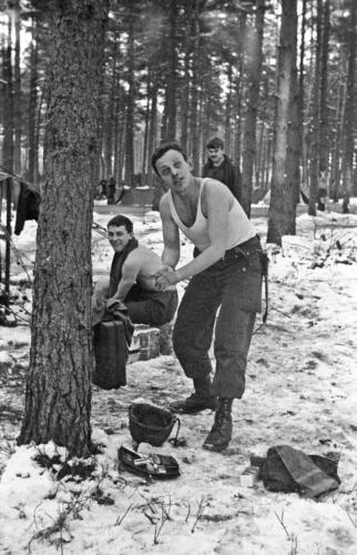 1968 1969 A Esk 103 Verkbat Bivak Entre Nous onder winterse omstandigheden. inz. Aad Gordijn 8