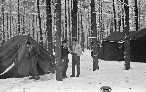 1968 1969 A Esk 103 Verkbat Winters bivak met o.a. Wmrs v Rijswijk en Spaendonk. inz. Aad Gordijn
