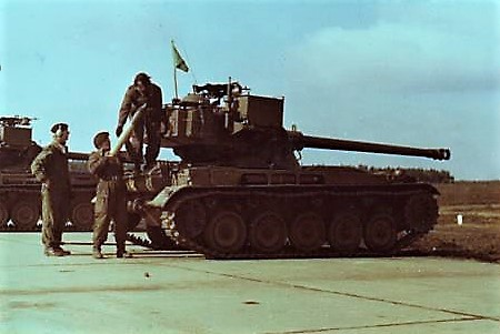 1968 103 Verkbat Schietserie; Pantseractie, tank gericht, vuur, ik vuur. Op 200, gericht. Vuur, ik vuur. Op 200. Gericht. Vuur, ik vuur. Treffer, kanon stop