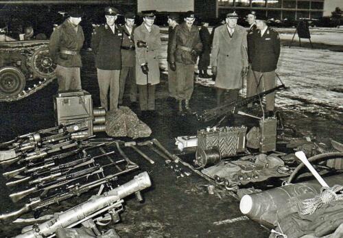 1969-08-27 B-Esk 103 Verkbat;  Uitleggen materiaal voor bezoek c-Northag Ritm Eleveld, Lkol Splunter, Knt Maas e.a.
