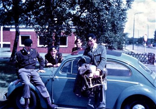 1969 06 08 B Esk 103 Verkbat Seedorf Deel kader 1e pel bij de voormalige VW kever van Kees Mulders Kuijpers