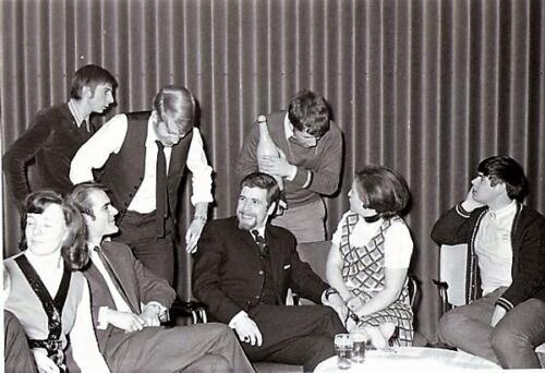 1969 07 01 B Esk 103 Verkbat Wisseling C EOG Sgt Schreuder aan Sgt Koos Kerkvliet