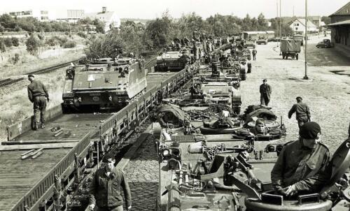 1969 09 B Esk 103 Verkbat Oefening Horizon Aankomst tanktrein. Midden voor Wmr Hans Kuijpers