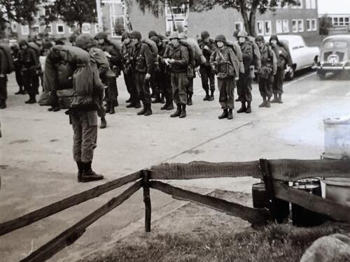 1969 1970 A Esk 103 Verkbat te laat voertuigen beladen 4 dagen strafbivak bij munitie opslag o.l.v. Elnt Hans Karsing. Ad v d Berg