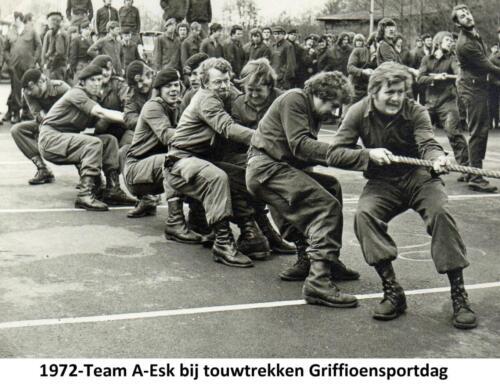 1972 A-Esk 103 Verkbat; Griffioensportdag. Onderdeel Touwtrekken Fotoboek Ritm Meede