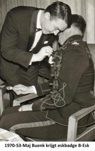 1970 103 Verkbat De S3 de Majoor Buenk krijgt het B Esk badge opgespeld door wnd EC