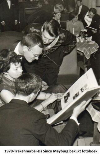 1970 103 Verkbat Trakehnerbal Ds Sinco Meijburg bekijkt fotoboeken bataljon